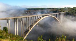 ein Zug, der über eine Brücke fährt