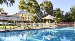 Pool und Sonnenstu00fchle im Voyages Desert Garden Hotel, Uluru, Australien