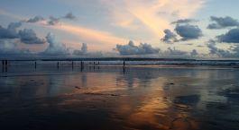 ein Sonnenuntergang über einem Gewässer