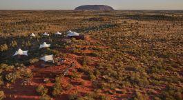 Karge Landschaft mit Uluru im Hintergrund im Uluru-Kata-Tjuta-Nationalpark, Australien