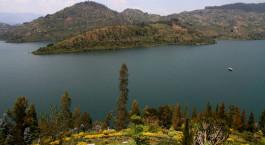 ein großes Gewässer mit einem Berg im Hintergrund