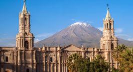 ein großer Uhrturm vor Arequipa