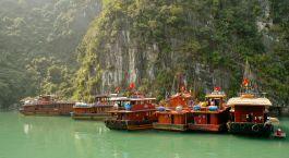 ein großes Boot im Wasser mit Ha Long Bay im Hintergrund