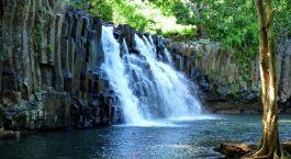 ein Wasserfall in ein Gewässer