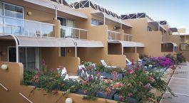 Auu00dfenansicht auf Balkone und Pflanzen im Voyages Sails In The Desert Hotel, Uluru, Australien