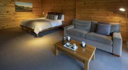 ein Wohnzimmer mit Möbeln und einem Holzboden