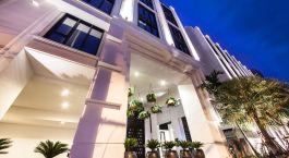 Beleuchtete Fassade des Mu00f6venpick Hotel Sukhumvit 15 in Bangkok, Thailand