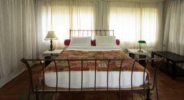 Schlafzimmer im Hotel Grassroots in Wayanad, Su00fcdindien