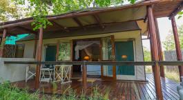 Auu00dfenansicht eines Gu00e4stezeltes im Thornybush Chapungu Luxury Tented Camp, Zentral Kruger in Su00fcdafrika