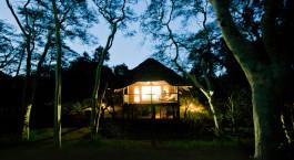 Auu00dfenansicht bei Nacht im Hotel Zululand Tree Lodge in Hluhluwe, Su00fcdafrika