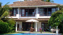 ein Haus mit Pool vor einem Gebäude