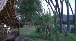 Terrasse mit Ausblick auf den Garten im Hotel Galdessa Camp, Tsavo East, Kenia