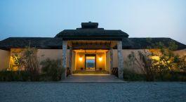 Auu00dfenansicht und Eingang des Meghauli Serai im Nationalpark Chitwan in Nepal