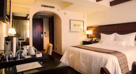 ein Schlafzimmer mit Einem Bett und Schreibtisch in einem Hotelzimmer
