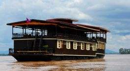 ein großes Schiff in einem Gewässer mit Mekong im Hintergrund