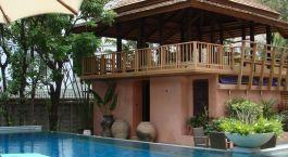 Auu00dfenansicht auf Pool und Terrasse der Ariyasom Villa in Bangkok, Thailand