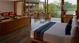 ein Wohnzimmer mit einem Bett und einem Fenster