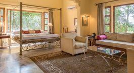 Zimmer mit Sitzgelegenheiten im Hotel Dev Vilas, Ranthambore in Nordindien
