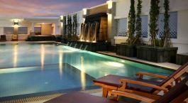 Pool bei Abendbeleuchtung im Kantary Hotel in Ayutthaya, Thailand