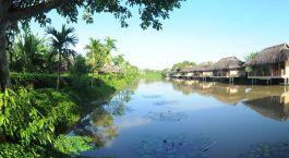 Auu00dfenansicht der Gu00e4ste lodges im Mekong Riverside Boutique Resort & Spa Hotel in Cai Be, Vietnam