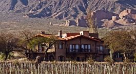 Auu00dfenansicht der Casa de la Bodega mit Bergen im Hintergrund in Cafayate, Argentinien