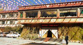 Auu00dfenansicht von Manasarovar Hotel, Shigatse in Tibet