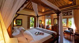 ein großes Bett in einem Zimmer