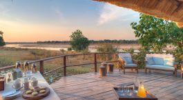 Terrasse mit Ausblick im Kakuli Bush Camp im South Luangwa, Sambia