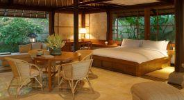 Zimmer mit Sitzbereich im Hotel Amandari im Ubud in Indonesien