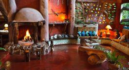 ein Kamin in einem Wohnzimmer mit Möbeln und einem Kamin