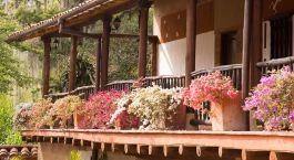 Auu00dfenansicht von Balkon mit Blumen im Hicasua Hotel in Barichara, Kolumbien