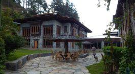 Auu00dfenansicht mit Sitzgelegenheit der Mountain Lodge in Bumthang in Bhutan