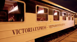 Auu00dfenansicht des Victoria Express Train, Loacai u2013 Hanoi in Vietnam