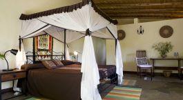 ein Wohnzimmer mit Möbeln und einem Bett