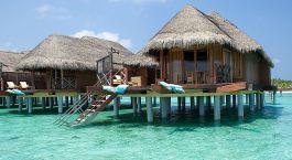 ein Holzboot in einem Gewässer mit Bora Bora im Hintergrund