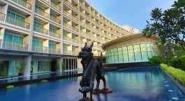 Auu00dfenansicht mit Drachenstatue des Amaranth Airport Hotel in Bangkok, Thailand