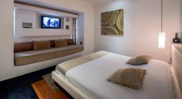 ein Flachbildfernseher auf einem Bett