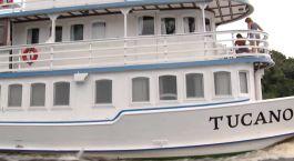 ein weißes Boot, das auf einem Gebäude schwebt
