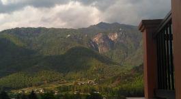 ein Gewässer mit einem Berg im Hintergrund