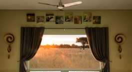 Blick auf ein Wohnzimmer mit einem großen Spiegel