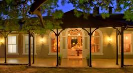 Auu00dfenansicht bei Nacht, Kirkmanu2019s Camp, Kruger, Su00fcdafrika