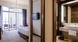 ein Hotelzimmer mit großem Spiegel