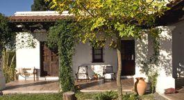 ein Haus mit Bäumen im Hintergrund