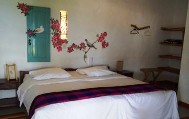 ein Schlafzimmer mit einem Bett und schreibtischin einem Zimmer