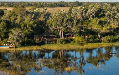 ein Teich neben einem Gewässer