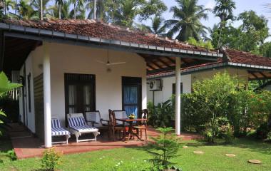 Auu00dfenansicht einer Villa im Dalmanuta Gardens Hotel in Bentota auf Sri Lanka