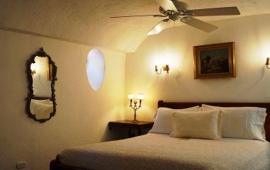 Zimmer mit Doppelbett und Tischlampe im Alfiz Boutique Hotel in Cartagena, Kolumbien