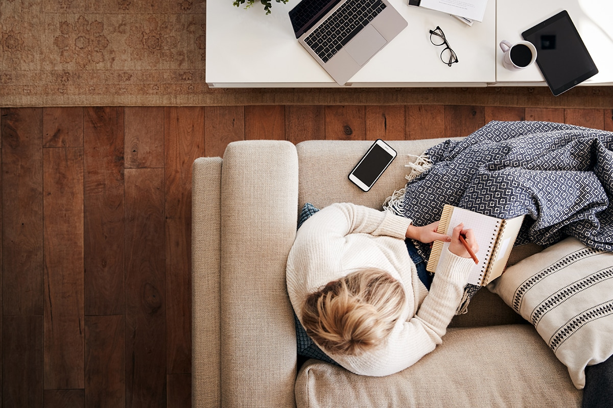 Viisi vinkkiä miten säästää energiaa kotitoimistolla