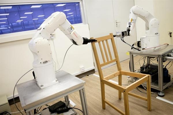 Autarke Roboter bauen IKEA-Stuhl mit Sensoren & 3D-Vision selbstständig zusammen