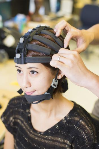 The wearable EEG system can track brain activity during movement. (Image courtesy of Jacobs School of Engineering/UC San Diego.)